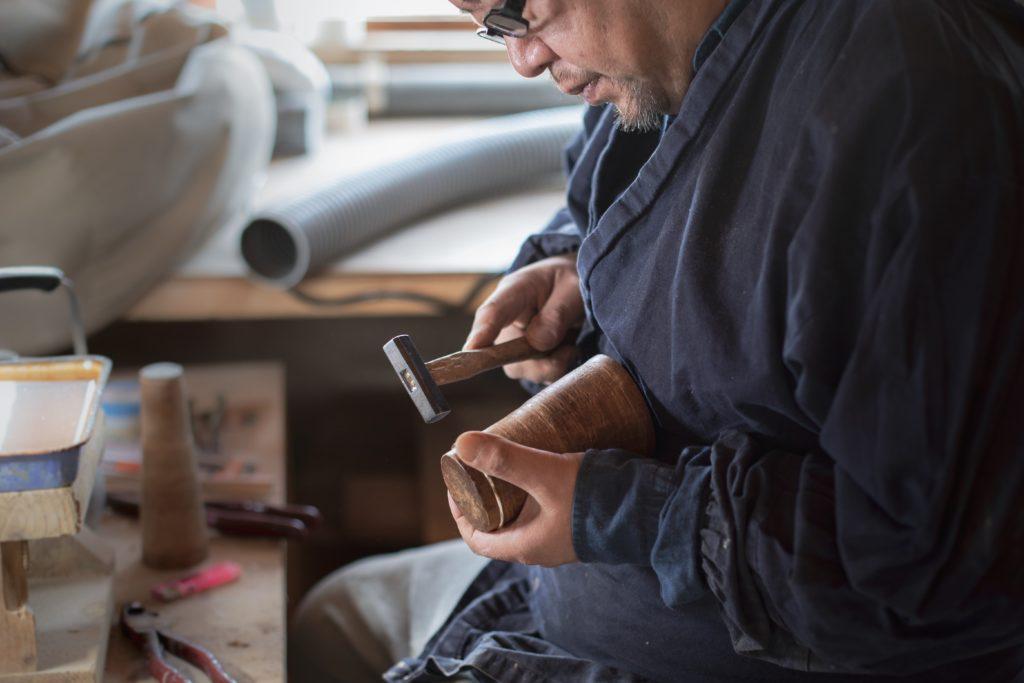 Nakagawa-san, artisan ébéniste réputé, à l'oeuvre ©80JoursJapon