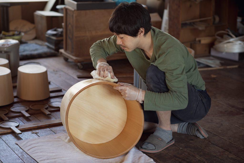 Finalisation d'un objet avec l'urushi ou laque japonaise ©80JoursJapon