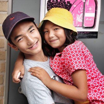 photo des deux enfants mis en scène dans le livre Shuwa-shuwa