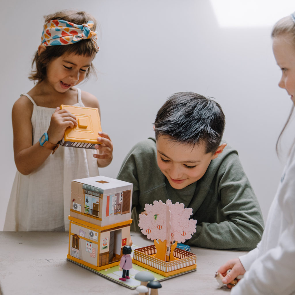 Des enfants en pleine découverte de la sakura dori chez fabulabox